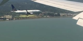 viral-video-two-planes-land-together